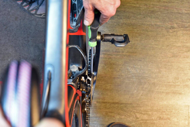 Controle van scheefstand van de voorderailleur van een racefiets.