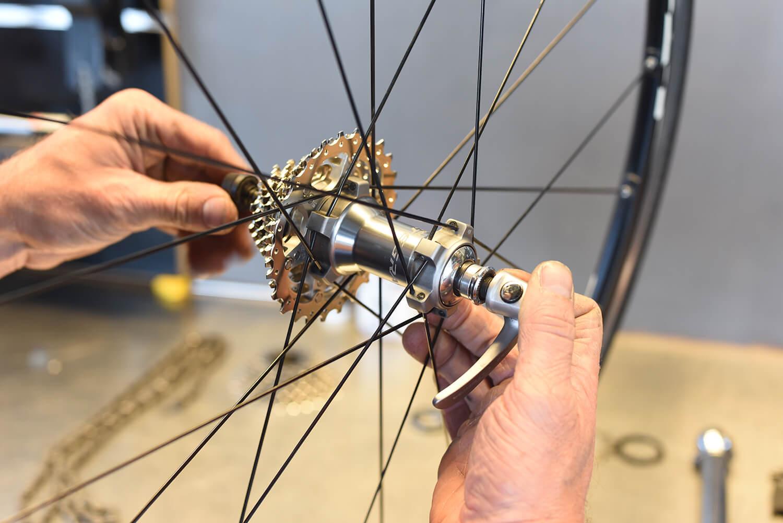 Aandraaien snelspanner wiel van racefiets.